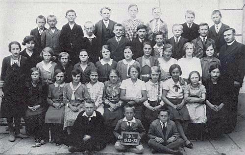 Škola v Malontech, ročníky narození 1919, 1920 a 1921, na snímku z roku 1933