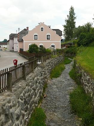 Windhaag a jím protékající potok, který zatopil Quassových dům před jeho narozením v roce 1932