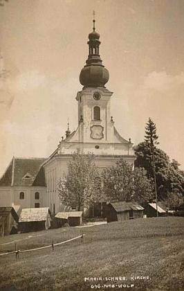 Poutní kostel Panny Marie Sněžné U Svatého Kamene na pohlednici českokrumlovského fotografa JosefaWolfa