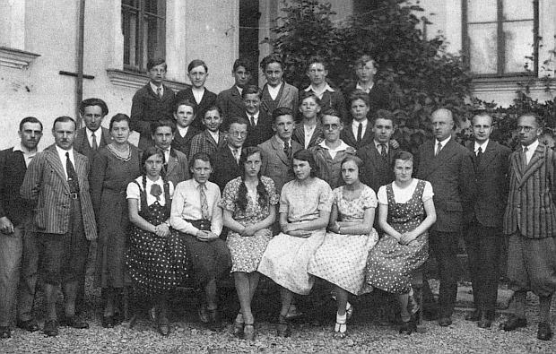 Se spolužáky s kaplické měšťanky v roce 1933 stojí třetí zprava v zadní řadě, druhý zleva kus vedle v téže řadě je zachycen Josef Koschant a zcela napravo vepředu vidíme ředitele školy J.N.G. Sailera