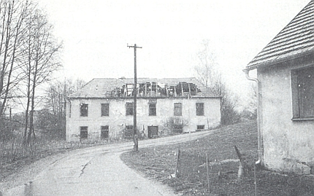 Rozpadající se budova někdejší obecné školy v Tiché na snímku z dubna roku 1998