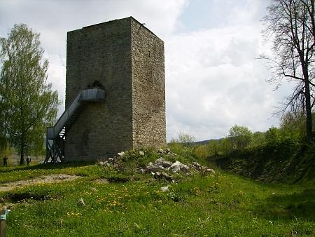 Opravená dvoupatrová věž tvrze v Tiché na snímku z roku 2013