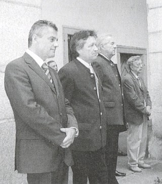 """Roku 2007 stojí v arkádovém dvoře Landhausu v Linci prvý zprava při """"domovských dnech"""" hornorakouského krajanstva (SLOÖ) hned vedle jeho předsedy Ing. Ludwiga"""