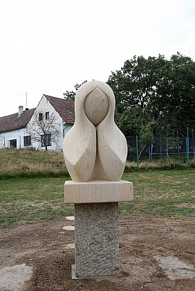 V roce 2016 byla v rodné obci odhalena socha Roberta Algera, symbolizující německou minulost ačeskou současnost Kamenné