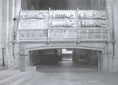 O tom, že cirsterciácké kláštery náležely k častým pohřebním místům panovnických rodů, svědčí i tato hrobka aragonských králů ve španělském Pobletu