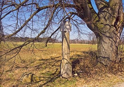 Boží muka při cestě z Kamenné směrem na Rychnov u Nových Hradů na snímku z roku 2009     a v detailu na kresbě Karla Hlubučka z padesátých let dvacátého století