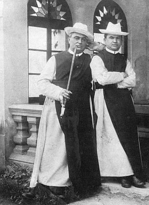 Na snímku z roku 1906 stojí vlevo, vpravo lesní inspektor vyšebrodského kláštera Robert Filzbauer