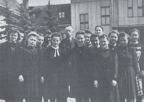 Anna Selbitschková s maturantkami na učitelském ústavu v Prachaticích roku 1943 stojící prvá zprava