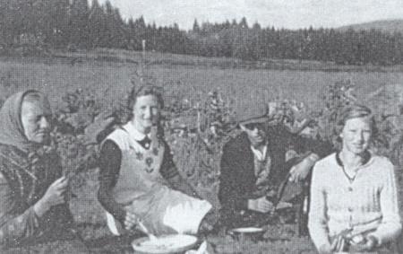 Zleva maminka, Anna, nádeník a děvče na letním pobytu u nich v Polce za senoseče ve chvíli odpočinku