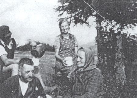Otec, matka a za nimi bratr Franz Selbitschka a děvče na letním pobytu na další fotografií z jejích mladých let