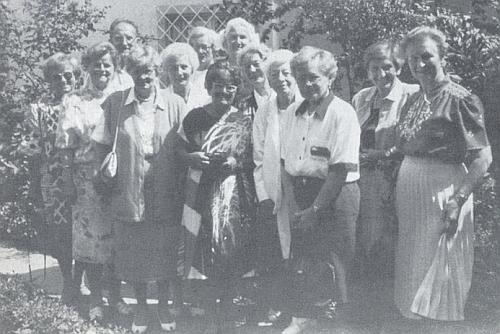 S maturitní třídou 1943 po padesáti letech, i tady stojí zcela vpravo
