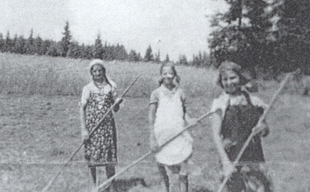 """Se sestrou Ernou a kamarádkou Marií za senoseče v dívčích letech na """"Zadní louce"""" u Polky"""