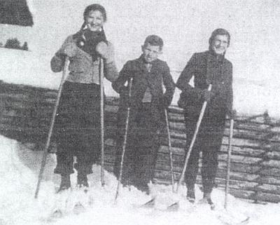 Na lyžích je ona ta nalevo s kamarády Emilem Weberem a Resi Michetschlägerovou