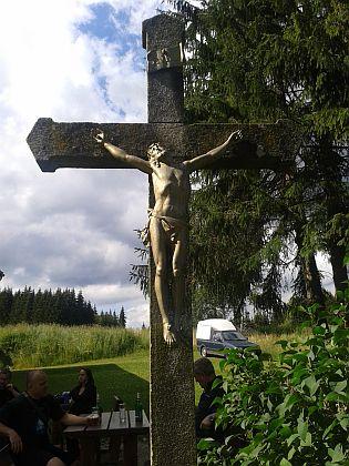 Opravený kříž v Polce s nápisem, připomínajícím původního majitele posledního dodnes zachovaného zdejšího stavení
