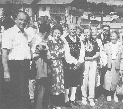 Tady stojí v roce 1988 ve Philippsreutu hned napravo od Emila Webera