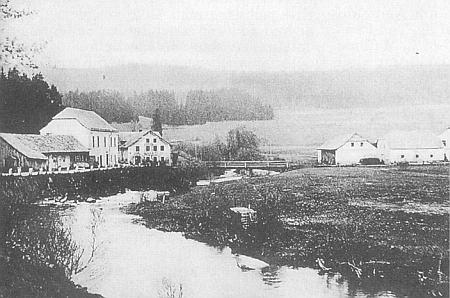 Škola v Polce a hospoda u Haselbergerů při silnici do Horní Vltavice hned u řeky a mostu přes ní (viz i Emil Weber)
