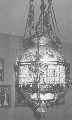 Krásná nástropní lampa s třásněmi ze skleněných perel, kterou se při odsunu podařilo zachránit z domova, pochází nejspíš ze sklárny Kralik, jejíž majitelé mají rodinnou hrobku v blízké Horní Vltavici
