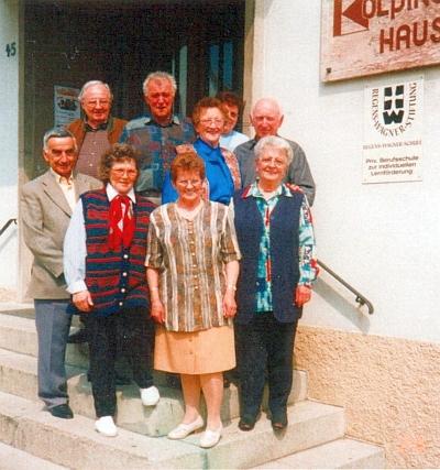 Na setkání těch, co zbyli ze třidy, zachycené na předchozím snímku, stojí Artur Quitoschinger v horní řadě prvý zleva