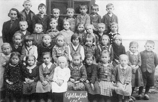 Stojí zcela vpravo ve druhé řadě shora na snímku 1. třídy školáků z Jablonce, pořízeném roku 1937