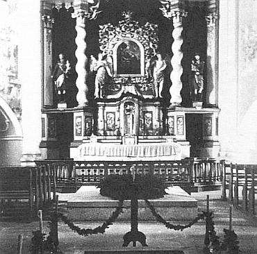 Oltář osmiboké kaple (rotundy) Nejsvětější Trojice v Hájku, zbořené v letech 1956-1957 (1955 ještě stála)
