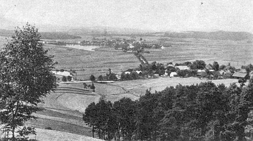Jiná stará pohlednice v popředí se vsí Hájek, za ní se Všeruby a jejich rybníkem