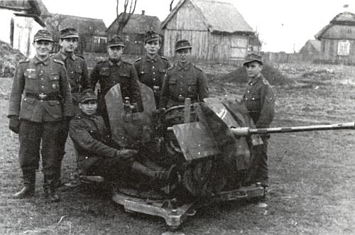 Zcela vpravo u protiletadlového kanónu za války v Polsku