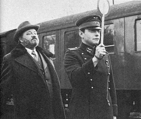 ... a záběr z jeho filmu Bolwieser (1977) s Kurtem Raabem v titulní roli přednosty bavorské železniční stanice