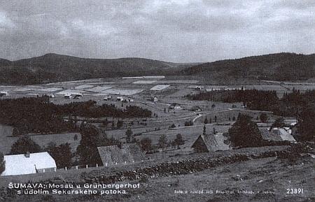 Mosau (Mechov) a Grünbergerhof s údolím Sekerského potoka nasnímku Joži Pospíchala, knihkupce ze Sušice, z roku 1917