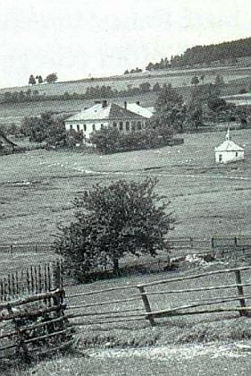 Osada Slupečná s kapličkou i výraznou budovou německé obecné školy, na které učil