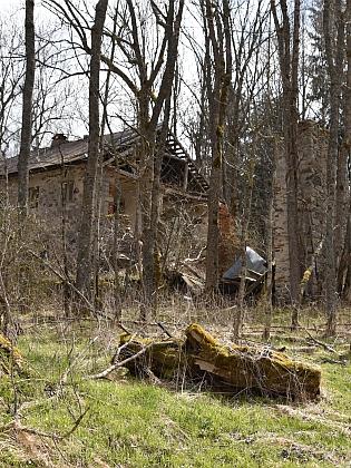 Z Račína se dochovala jen ruina jednoho ze statků