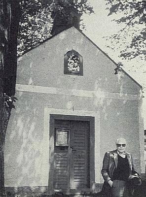 Před kaplí v rodných Divišovicích