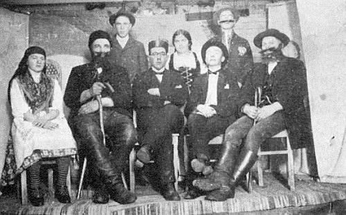 """Na snímku ze třicátých let minulého století stojí """"Michl"""" Radlinger mezi ochotníky z Divišovic v zadní řadě prvý zprava"""