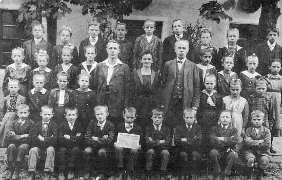 Se spolužáky ve škole v Děpolticích s panem řídícím Zierhutem a jeho paní