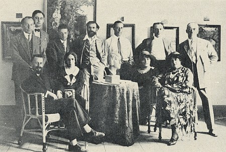 Mezi členy tzv. Krummauer Künstlergilde (sedící prvý zleva), umělecké tvůrčí skupiny, kam patřili mj. i Wilhelm Fischer, Felix Schuster (stojící třetí zleva), jeho žena Emmi Schuster-Langová (sedící druhá zleva) a také přítel malíře Egona Schieleho Anton Peschka (stojící druhý zprava)