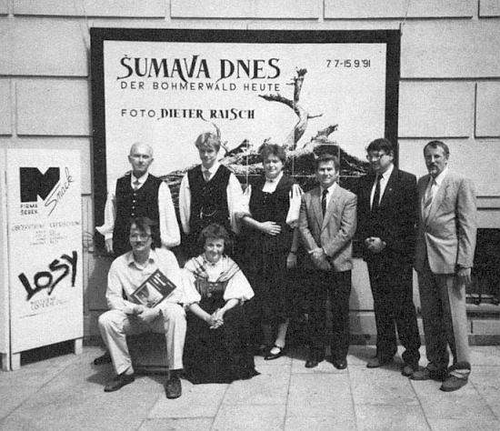 Před českokrumlovským muzeem stojí při zahájení své výstavy v roce 1991 třetí zprava vedle ředitele muzea Petra Jelínka a Ingo Hanse, níže sedí Ivan Slavík a Renate Slawiková