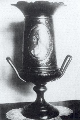 Malovaná váza od Jana Zachariáše Quasta, která patrně reprezentovala české sklo na světové výstavě v Paříži roku 1867