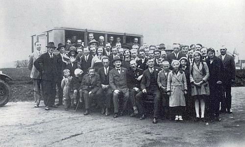 Zakládající schůze místní organizace německé křesťansko-sociální strany se konala v Randakově hostinci a její účastníci se před ním dali vyfotografovat