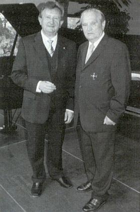 Státní tajemník Franz Meyer mu v roce 2006 blahopřeje k udělení Spolkového kříže za zásluhy první třídy (Bundesverdienstkreuz erster Klasse)