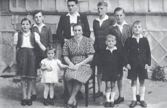 """Maminka se """"zatím"""" osmi dětmi v roce 1942"""