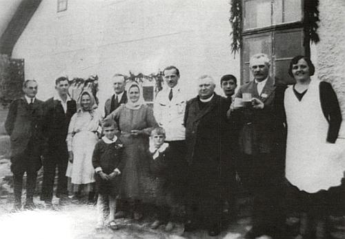 Tady stojí před svým hostincem Franz Randak druhý zprava a ti dva hoši vpředu     jsou jeho vnuci Franz a Herold, tehdy (tj. v roce 1934) žijící na Kvildě