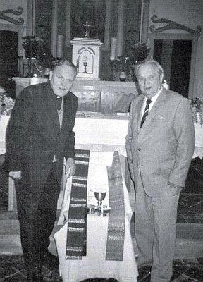 S farářem Bruno Nowotnym v kostele na Nových Hutích se svým darem liturgických předmětů pro bohoslužby v něm