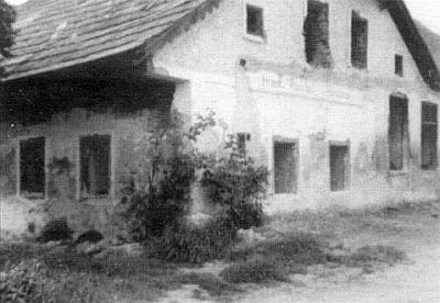 Takto vyhlížel Randakův hostinec ještě roku 1966 - dnes už z něj zbyly jen základy, zarostlé vysokou travou...