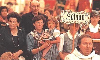 S dcerou a vnučkou, za nimiž stojí Josef Dichtl