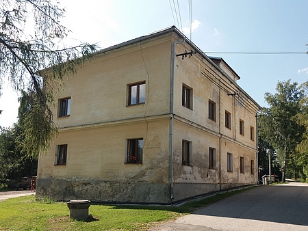 Bývalá německá škola v rodném Lázu u Nové Pece, do které chodila