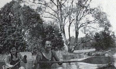 Vodácké radosti někdy za války na Vltavě při Soumarském mostu (vpředu se zdviženým pádlem)
