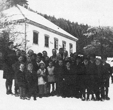 V zimě 1944/45 s posledními německými žáky školy v zaniklém Uhlíkově