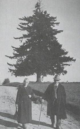 Její hornoplánští prarodiče Creszentia a Rudolf Hartlovi před smrkem blízko osady Jelm, který se stal obětí poválečného vandalismu