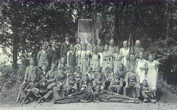 Tady podle vlastních slov stojí mezi spolužáky z měšťanské školy v Horní Plané u Stifterova pomníku na Dobrovodském vrchu i s panem učitelem Karlem Feilem