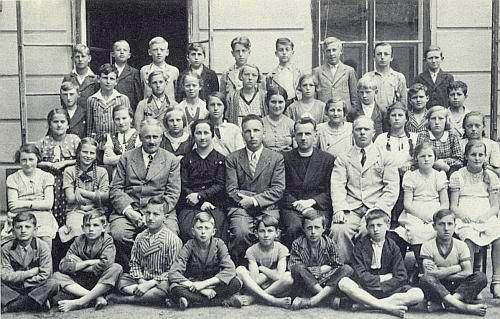 1. ročník hornoplánské měšťanky i s ní v roce 1936, 10 let před vyhnáním, jehož se mnozí spolužáci nedožili prostě proto, že padli ve válce