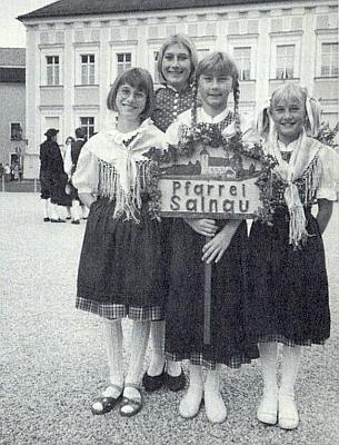 Její vnučky šly v čele Želnavských při setkání vyhnaných Šumavanů v Pasově 1993